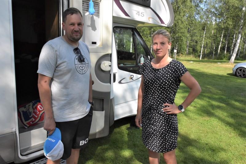 Sami ja Susanne Öström Kristiinankaupungista majoittuivat lastensa kanssa Joutseneen. Pariskunta sanoo nettinäkyvyyden ratkaisevan, missä he yöpyvät.