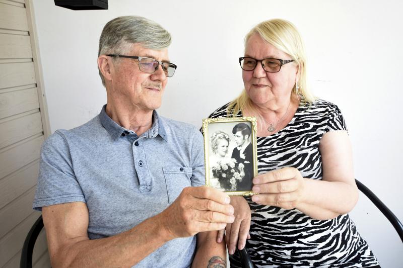 –Ei kukaan varmasti uskonut, että olisimme vielä yhdessä, toteavat Anne ja Matti Mäki-Asiala, jotka ovat olleet naimisissa 51 vuotta. Anne oli 16-vuotias heidän mennessään naimisiin, ja tarvitsi presidentiltä luvan vihkimiseen.