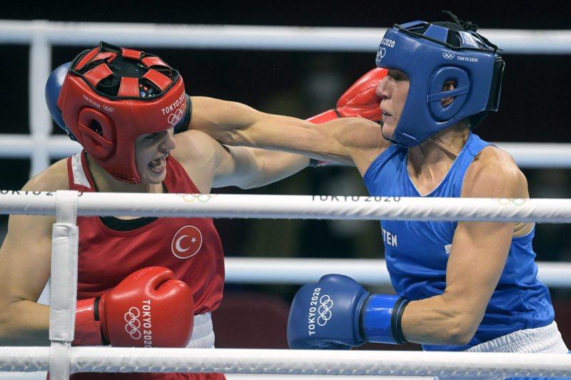Suomen Mira Potkonen (sin.) otteli olympialaisten puolivälierissä Turkin Esra Yildizin vastaan.