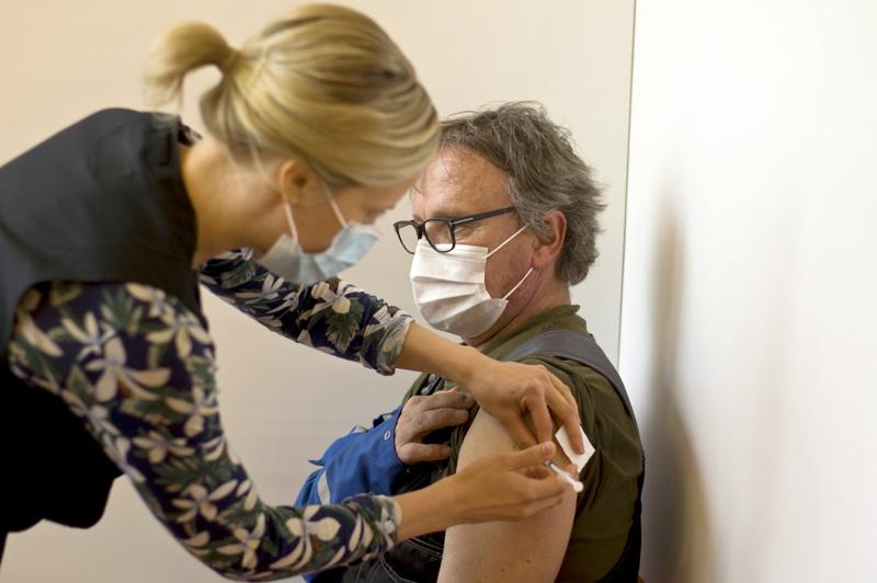 Pentti Stenbäck sai toisen rokotteensa toukokuussa, sitä antamassa terveydenhoitaja Anneli Raudaskoski.