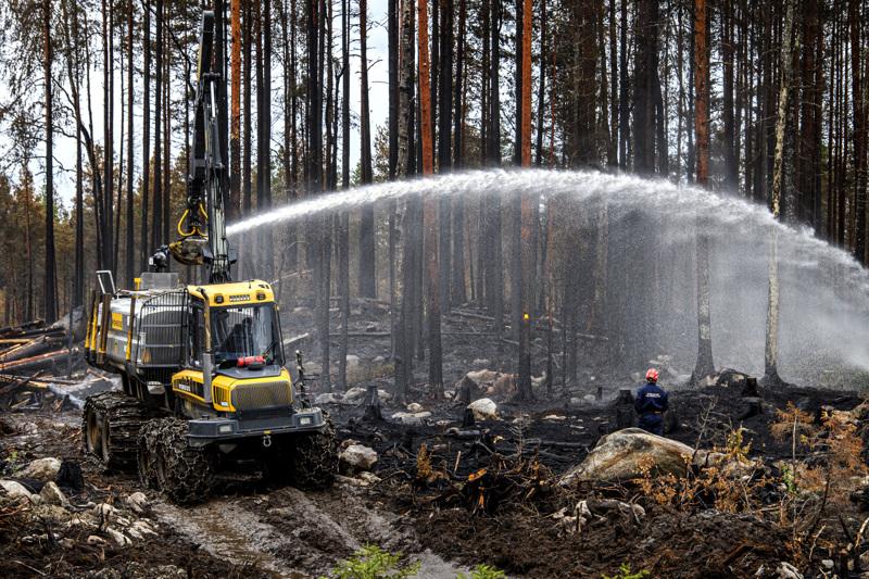 Etelä-Savon pelastuslaitoksen Mörkö-sammutuslaitteisto Riitaharjun haastavissa maastoissa, Kalajoen Raution ja Kannuksen Eskolan väliin jäävissä metsissä. Tiistaina oli jälkisammutuksen vuoro.
