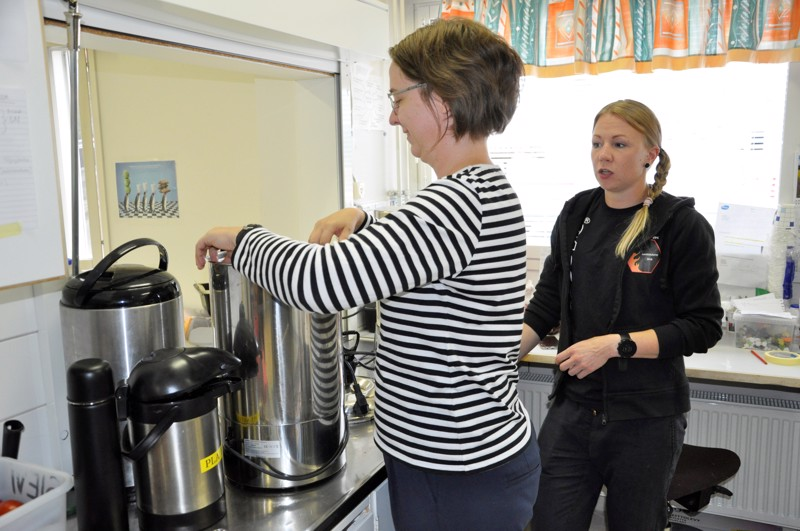 Raution koululla Pöllässä kahveja laittamassa valmiiksi vapaaehtoinen Johanna Katajala ja Kalajoen puolivakinaisessa toimiva  Anu Olkkola.