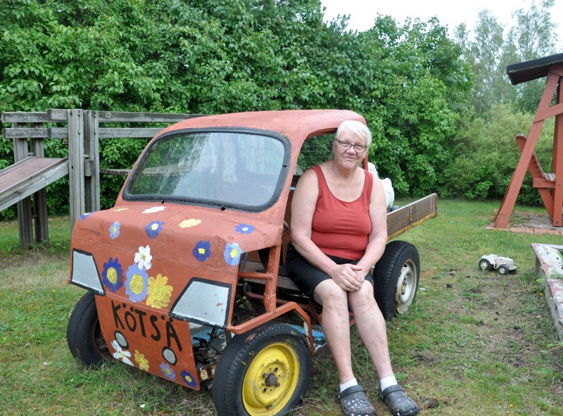 """Jokainen Lempiälällä päivähoidossa ollut lapsi todennäköisesti muistaa tämän Markku Lempiälän ja hänen vanhimman poikansa rakentaman """"auton"""". Poikki sahatusta Fiatista tehty kulkupeli on kulkenut mopon moottorilla sekä toiminut mäkiautona."""