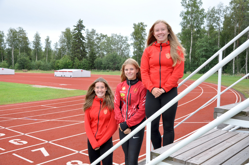IF Åsarnan Wilma Nyberg (vas), Angelina Laurén ja Ronja Ljungberg odottavat innolla viikonlopun SM-kilpailuja. Kuvasta puuttuu neljäs IF Åsarnan edustaja Vilma Hahtokari.