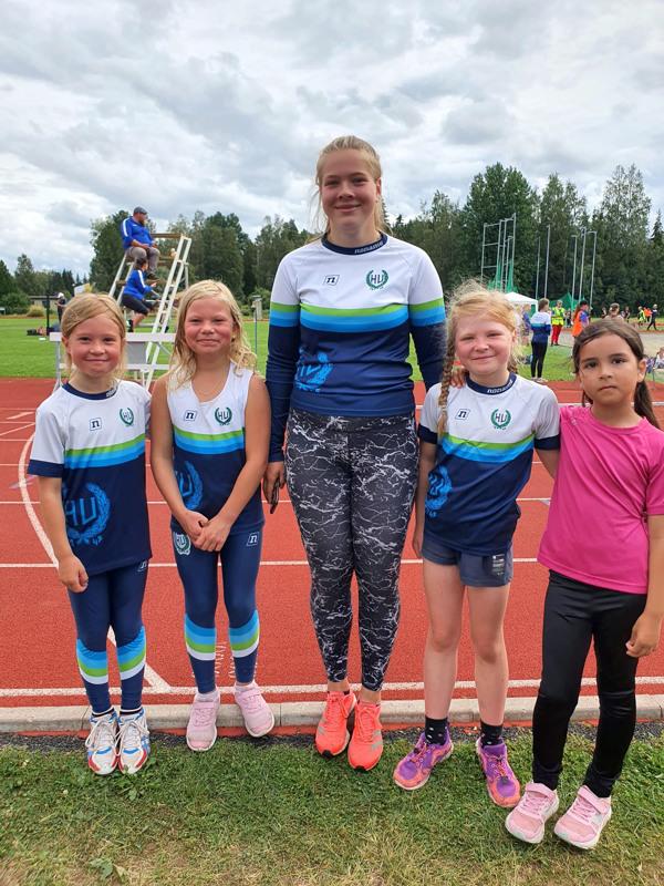 Kuvassa 9v sarjan tyttöjä. Vasemmalta Miisa Mäkelä, Frida Lauri, Elsa Kyösti ja Inas Mohaibes valmentajansa Aamu Uusitalon kainalossa.