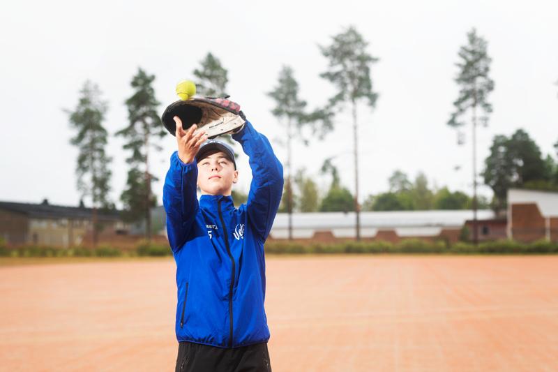 Miko Mortensen haki UrheiluAmikseen voidakseen harjoitella lajiaan pesäpalloa myös koulupäivien aikana.
