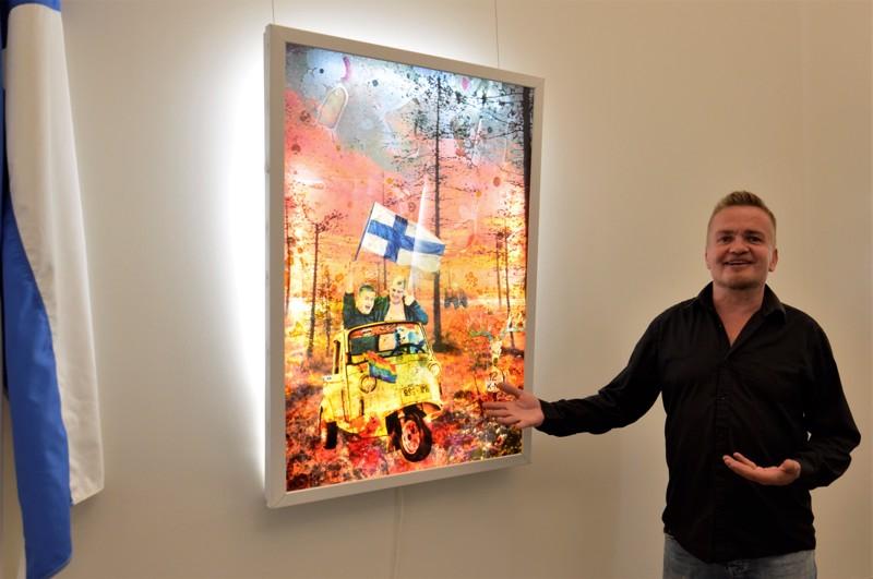 Teppo Kortteen töissä on huumorin pilkettä. Tämä teos on nimeltään Kotiinpaluu, ja siinä perhe matkaa tuktukilla Suomeen.