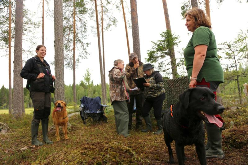 Saija Paasila ja Heli Hietala odottavat Neon ja Viskin kanssa kokeen jälkeen tuomariston palautetta.