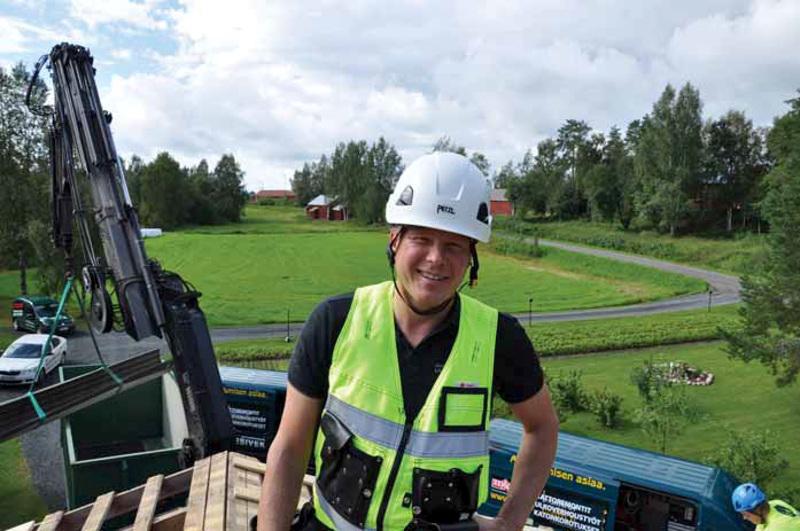 Kimmo Riihimäki on tehnyt työuransa yrittäjänä ja tahkosi yrityskaupoilla miljoonatulot. Kuvassa Riihimäki kattotyömaalla Alavetelissä elokuussa 2016.