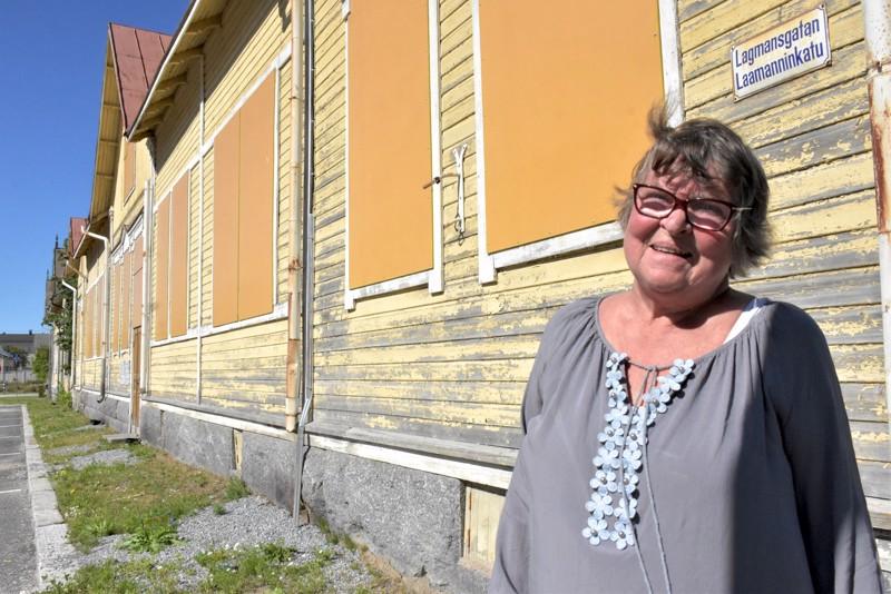 Lagmanin koulua vastapäätä oleva komea puutalo on tyhjillään ollessaan kärsinyt jatkuvasta ilkivallasta. Astrid Nikulalla on huimat suunnitelmat tilanteen korjaamiseksi.