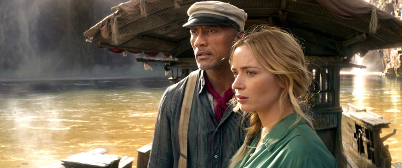 Emily Blunt ja Dwayne Johnson hetken vakavina Amazonin jokilaivalla.