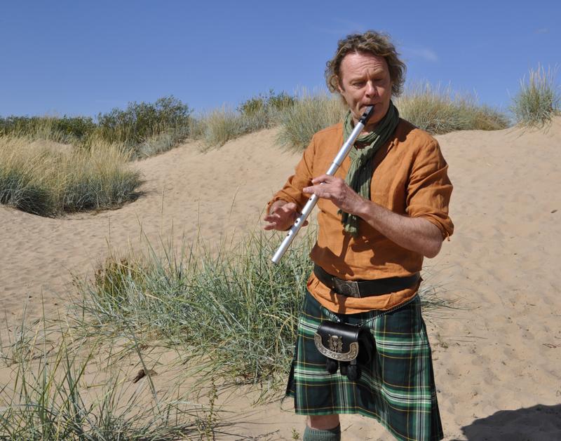 Särkkien luonto ja ilmapiiri houkuttavat festarille hyvin muusikoita. Huilua soittamassa muusikko ja festarin taiteellinen johtaja Jari Sirniö.