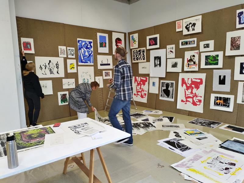 Grafiikan näyttelyä ripustamassa Emilia Nurmivaara, Ingela Bodbacka-Rak ja Alexander Granqvist.