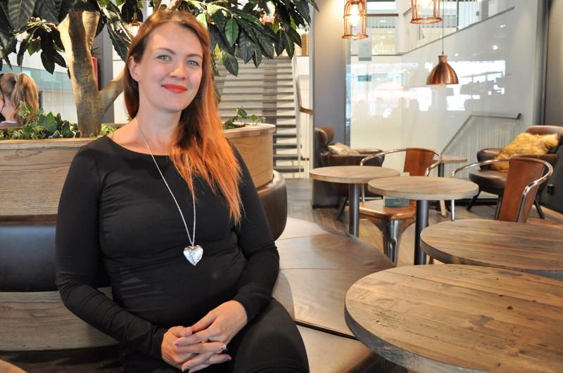 Hanni Rättö kokee olevansa omalla alallaan sosiaalityössä, mutta hyödyntää työssään aiempaakin koulutustaan ja kokemustaan teatterialalta.