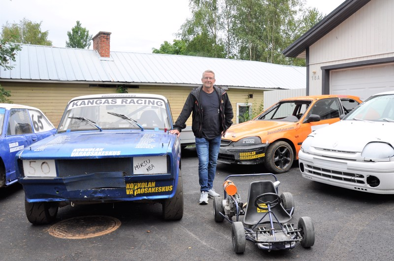 Marko Kangas ajaa tällä hetkellä enimmäkseen rallicrossia V1600 RC -sarjassa. Hänen kilpa-autonsa on taustalla oleva oranssi Honda Civic. Oikealla on pojan Renault Clio, edessä pojanpojan mikroauto ja vasemmalla perheen jokkisautot.