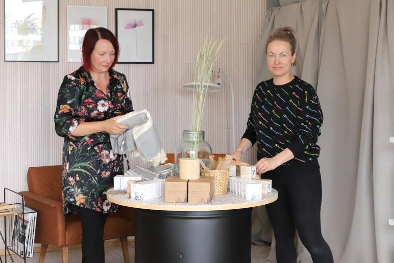 Sisustus Visionin suunnitteilla olleessa messupöydässä näkyvät yrityksen teemat: kestävä kehitys, ekologisuus ja kierrätys. Anni Haikola ja Jenny Pisilä sanovat, että ekologisilla siivoustuotteilla vanhoista huonekaluista ja esineistä saa sisustukseen uutta ilmettä.