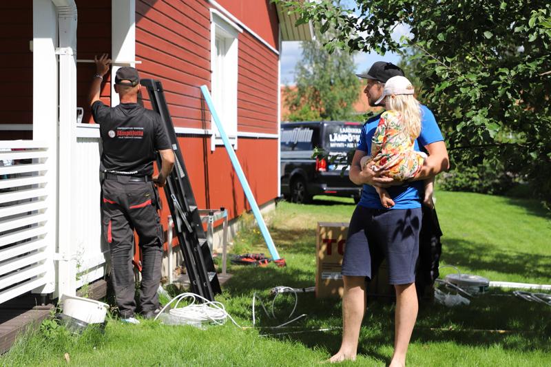 Antti Vilkunan kolmen hengen perheen paritaloasennossa läpivienti ulkoyksikölle on lyhyt. Kolmevuotias Seela seuraa asentaja Jarmo Sorviston mittaamista tarkasti.