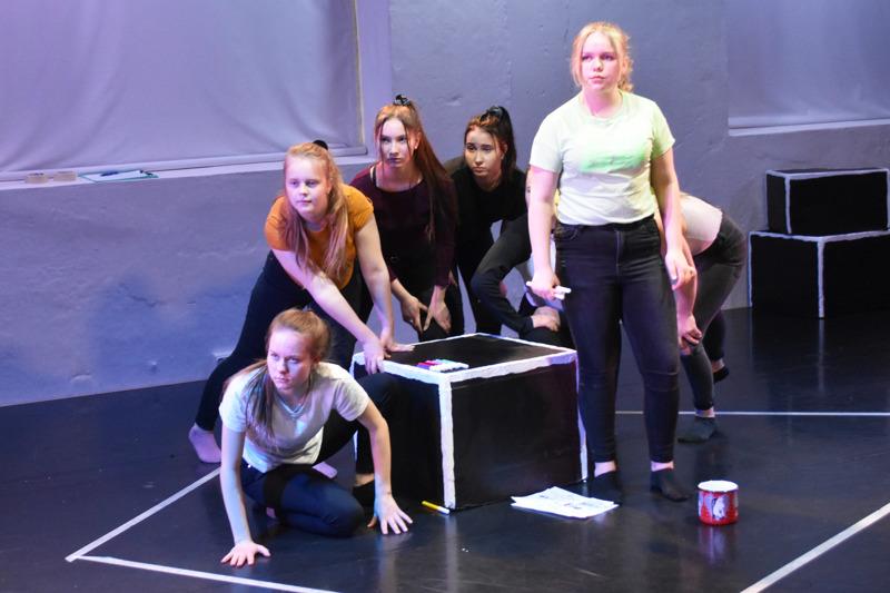 Tilleri Tallerin nuoret näyttelijät pääsevät esittään Tyttömetsän livenä Vallilan Kansallisteatterissa ensi sunnuntaina.
