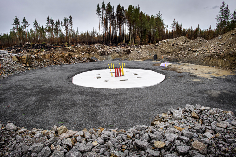 Tuuliturbiinin perustukset. Taustalla palanutta metsää. Kuva on otettu tiistaina 3. elokuuta Kalajoen Riitaharjun lähistöllä. Se sijaitsee keskellä louhikkoista metsää Raution ja Kannuksen Eskolan välissä.