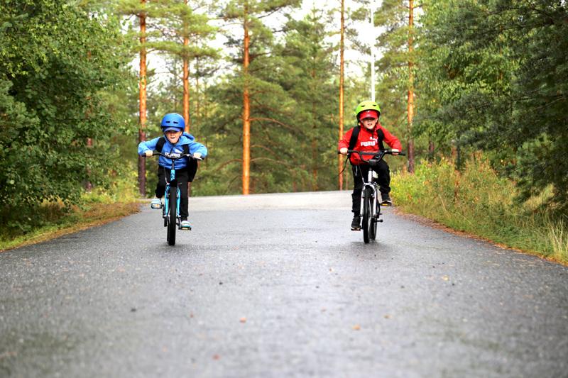 Leevi (vas.) ja Taavi Vähäkainu odottavat oppivansa ekaluokalla lukemaan. Koulumatka Tunkkarin koululle sujuu pyörällä ja tavaratkin erottuvat toisistaan, sillä toinen valitsee sinistä, toinen punaista tai vihreää.
