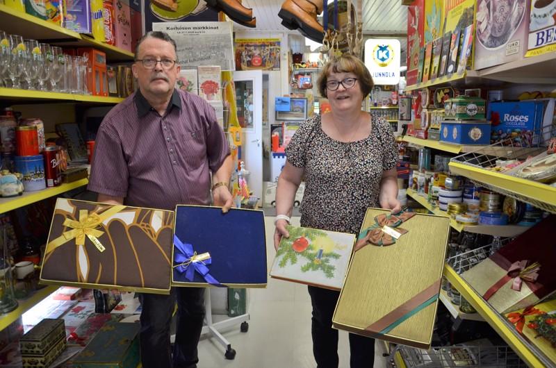 Kauppiaat. Koristeelliset suklaarasiat löytyivät Kari Junnolan isän varastoista. Kauppias oli saanut niitä joululahjaksi makeisvalmistajalta. Kari ja Maritta Junnola ovat keränneet kaikenlaista kauppaesineistöä suljettuun Junnolan kauppaan Eskolaan.