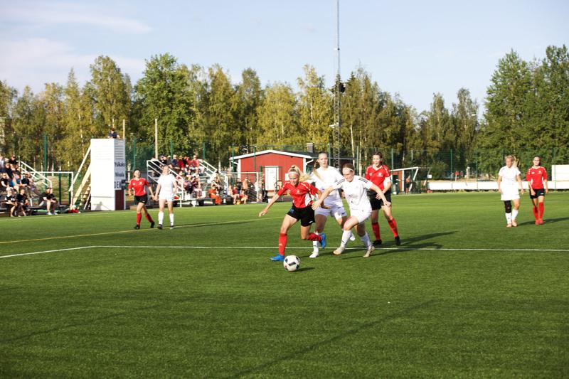 FC Ysikakkosen Siina Huhtala rynnii vastustajan puolustuslinjasta läpi.