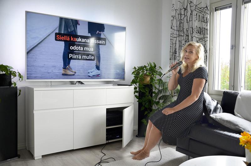 Kotikaraokesta on tullut rohkeuden vuoden myötä Kati Saarilampille mieluinen harrastus.