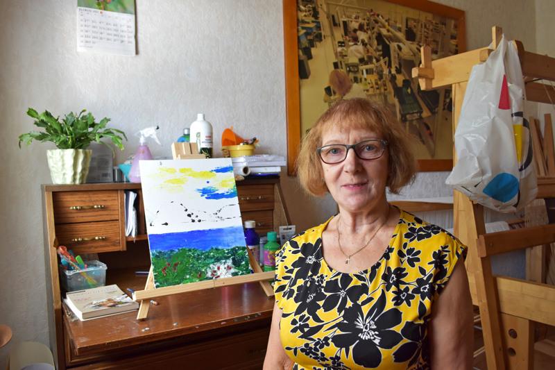 Seija Satela on varannut talostaan yhden huoneen taiteelle ja muulle luovalle tekemiselle, kuten mattojen kutomiselle.