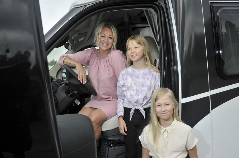 Niina Valli kiersi lastensa Sofien ja Eevin kanssa Pohjois-Norjaa vuokratulla asuntoautolla. Kuvassa olevaa autoa perhe kävi autokaupassa kokeilemassa.