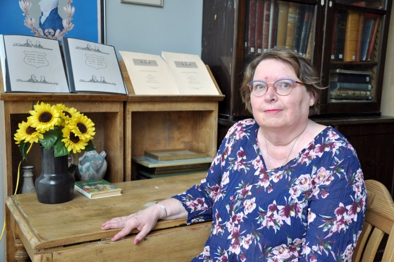 Kirjasto ja Lukuseuran huone on aina ollut Helena Saarimäelle mieluinen paikka.