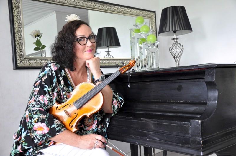 Raila Järvelä on Keski-Pohjanmaan konservatorion Vetelin toimipisteen johtaja ja viulunsoiton opettaja.
