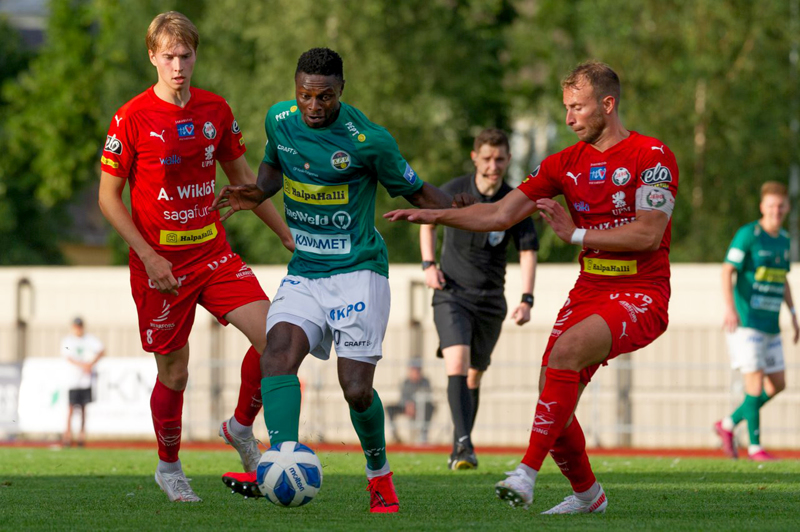 Oke Akpoveta koki kovia Tammisaaressa pelatussa ottelussa, mutta lienee mukana jo lauantaina kotikentällä. Kuva Jaro-ottelusta.