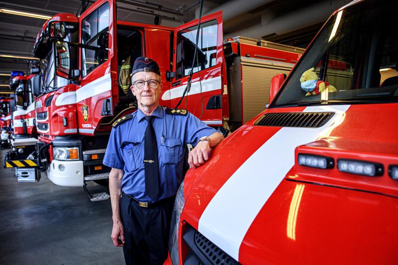 Jokilaaksojen pelastuslaitoksen pelastusjohtaja Jarmo Haapanen tutun punaisessa ympäristössä.