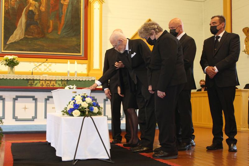 Hyvästit isälle. Hautamäen poika Kalevi Kannus laski seppeleen lähisuvun tukemana.