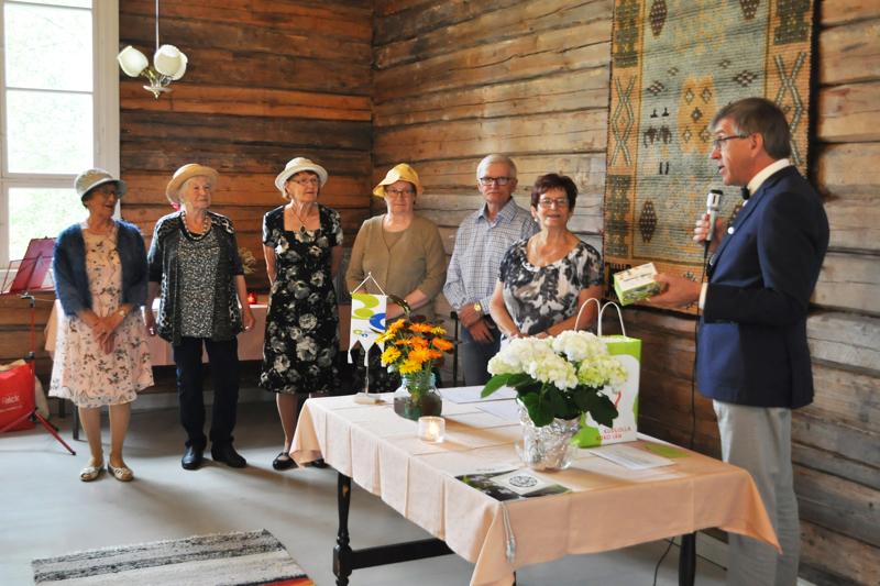 Kuuloyhdistyksen hallituksen jäsenet Leena Kangasharju (kuvassa vasemmalla), Aila Piltonen, Saara Epäilys, Ritva Ollila, Tapio Laurila, Anna-Liisa Jokela saivat Aimo Lohilahdelta tuliaisia.