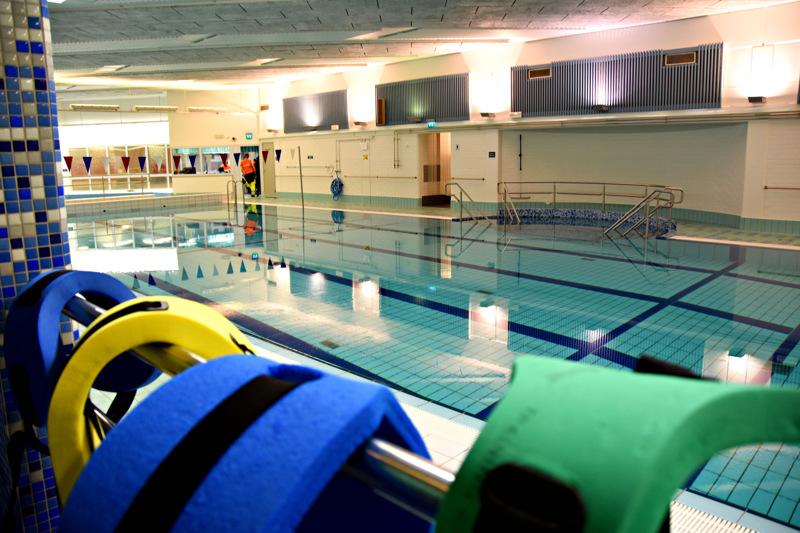 Kirjoittaja pitää käsittämättömänä monia Haapaveden liikuntapaikkojen käytäntöjä, joiden taustalla on esimerkiksi pelko, että joku vesijumppaaja saattaa jäädä jumpan jälkeen ilmaiseksi uimaan.
