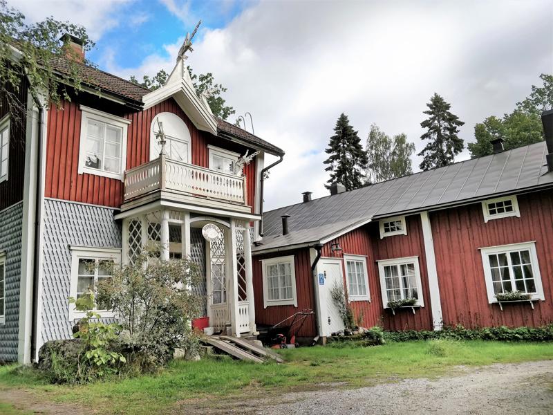 Villa Sveden toimii sekä asuin- että työpaikkana. Ulkoseinät kapenevat vanhalle hirsitalolle tyypillisesti alaspäin. Uudempaa, kaksikerroksista osaa koristavat mm. lohikäärmeenpäät.
