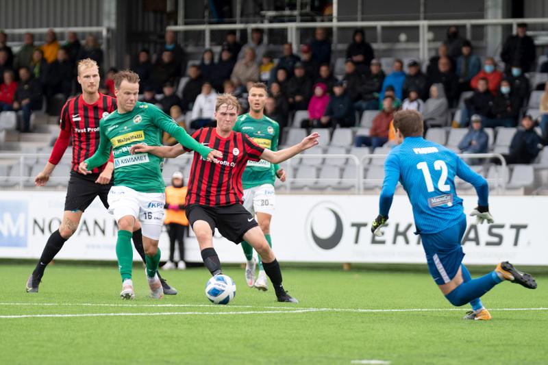 Lauantai-illan ottelussa ei heikkoa lenkkia löytynyt. Kuvassa vauhdissa Severi Kähkönen ja (taustalla) Harri Heiermann.