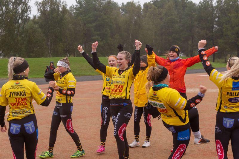 Minä tunnen kuinka vauhti kiihtyy! Kannuksen Uran naiset juhlivat antaumuksella ottelun päätyttyä.