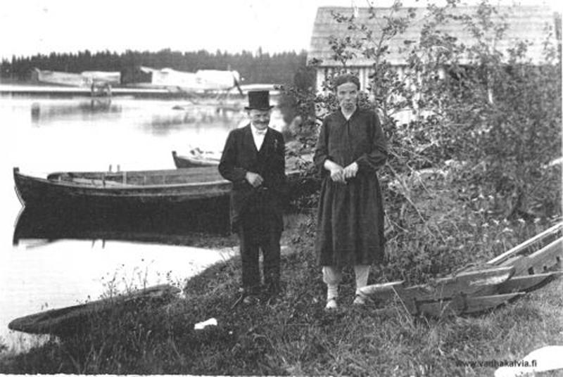 Sen verran harvinaisesta nimestä on kyse, että nyt saa nimipäiväsankarin virkaa hoitaa taustalla näkyvä Karhumäen veljesten Ilmatar-lentokone. Kuva on Rytikarilta suojeluskunnan kesäjuhlilta vuodelta 1928.