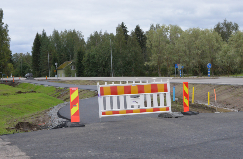 Keskustan läheisyydessä pyörätie kulkee autotien reunassa,  korotettuna ja kivetyksellä erotettuna, mutta sahan risteyksen jälkeen uusi kevyen liikenteen väylä kulkee ihan omaa reittiään.
