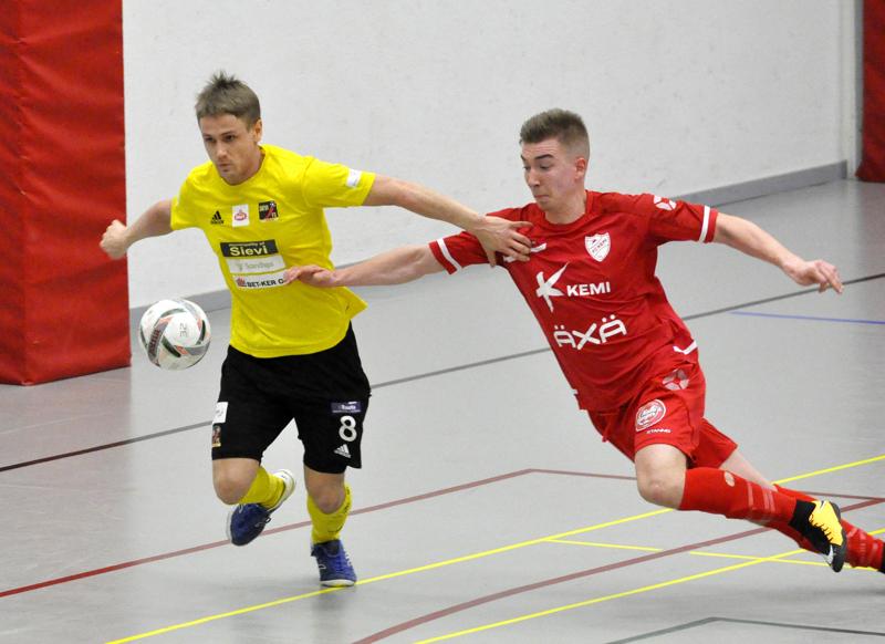 Jarmo Junno (vas.) on voittanut Sievi FS:n paidassa kolme futsalin suomenmestaruutta.