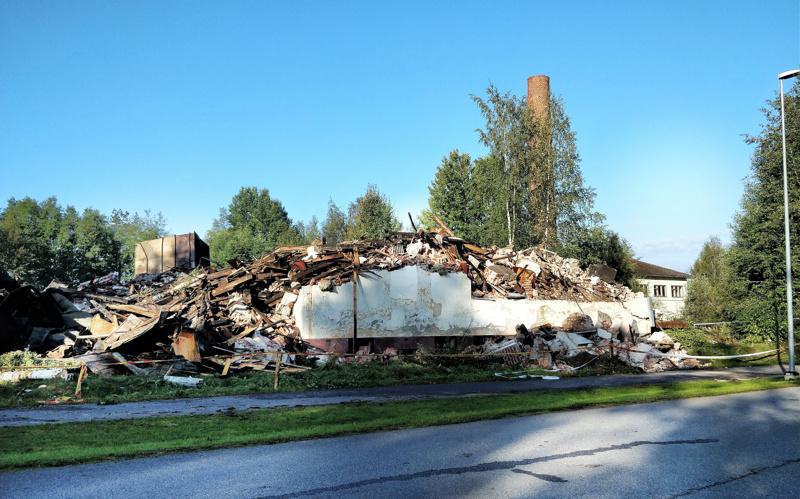 Kaivinkoneet jyräsivät vanhan teurastamorakennuksen maan tasalle sunnuntai-iltana.
