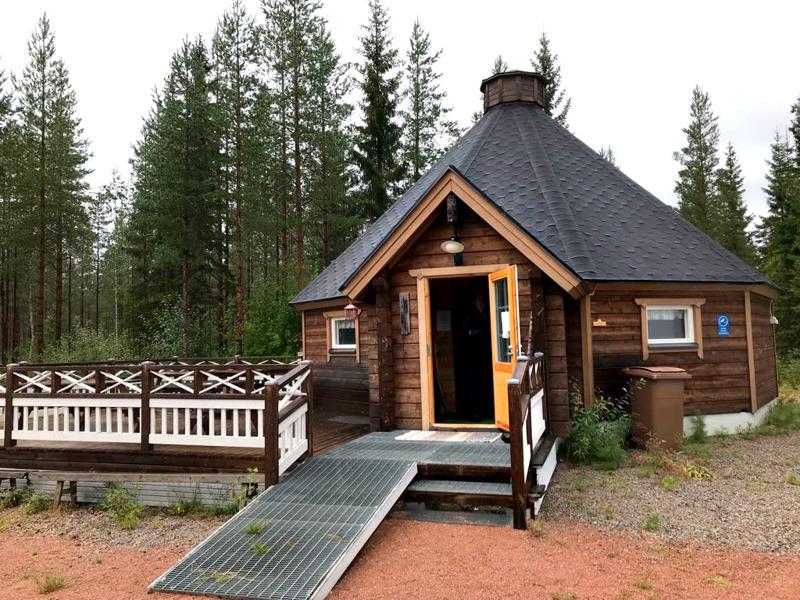 Aivoliiton Jokilaaksojen AVH totesi Karsikkaan Vähämäen kodan mainioksi, esteettömyyden hienosti huomioivaksi paikaksi virkistyspäivälle.