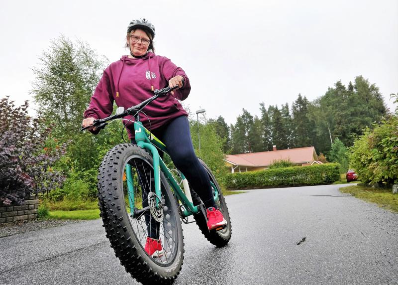 Tiina Saarikettu hankki viime vuonna läskipyörän, jota hän kuvaa hyväksi menopeliksi maastossa.