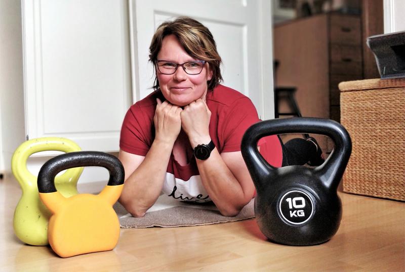 Kahvakuulilla on Tiina Saariketun mielestä helppoa treenata kotona. Yksi personal trainerin omista suosikkiliikkeistä on koko kroppaa haastava kyykky ja pystypunnerus 10 kilon painolla.