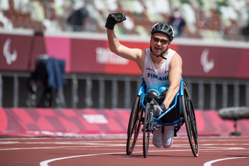 Toni Piispanen kelasi paralympiakultaa ratakelauksen T51 200 metrin finaalissa.
