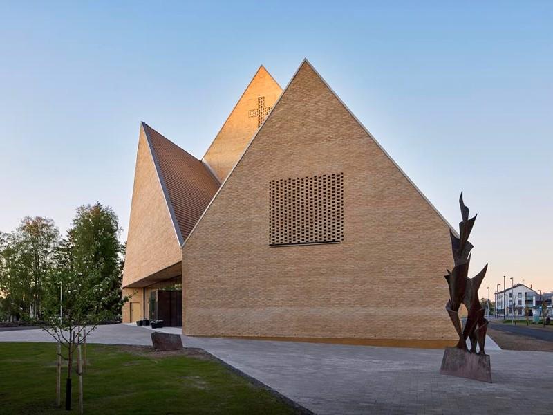 Ylivieskan uuden kirkon sijoitus tontilla kääntää pääsisäänkäynnin pois keskusta-alueen liikenteestä.
