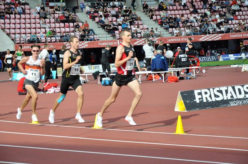 Vetelin Urheilijoiden Ari-Pekka Lassila (nro 31) juoksi kympin nousujohteisesti ja päätyi maaliin kahdeksantena. Kuvassa myös Turun Urheiluliiton Juuso Hakala (16) ja IK Falkenin Kevin Sandell.