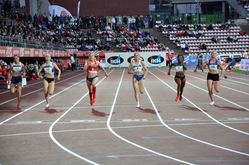 Lotta Kemppinen (nro 1) voittaa 100 metrin Suomen mestaruuden. Anniina Kortetmaa (2) juoksee hopealle ja Johanna Kylmänen (7) pronssille.